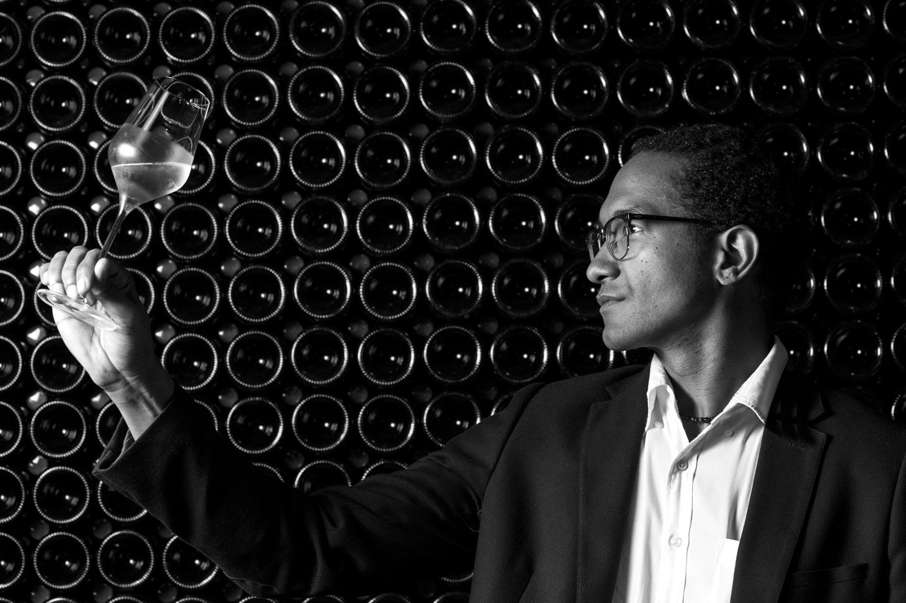 photographie en noir et blanc d'une dégustation de champagne