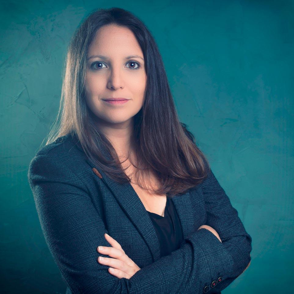Photographie de profil pour les réseaux sociaux d'une juriste en région parisienne