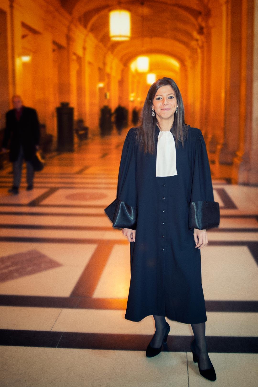 Portrait d'une jeune avocate au palais de justice après sa prestation de serment