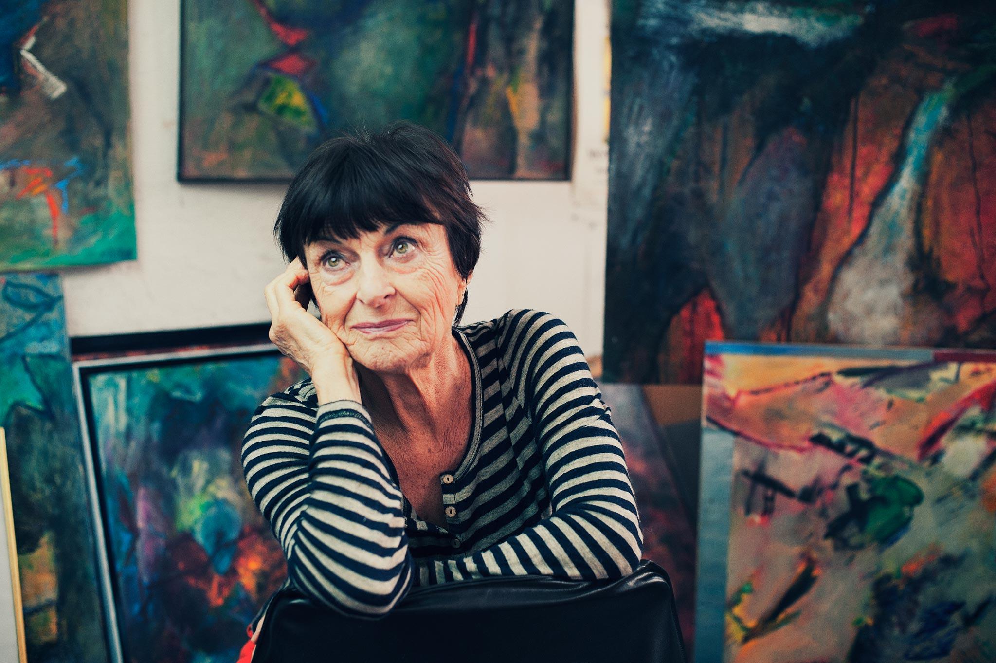 Photographie de portrait d'une artiste de son atelier.