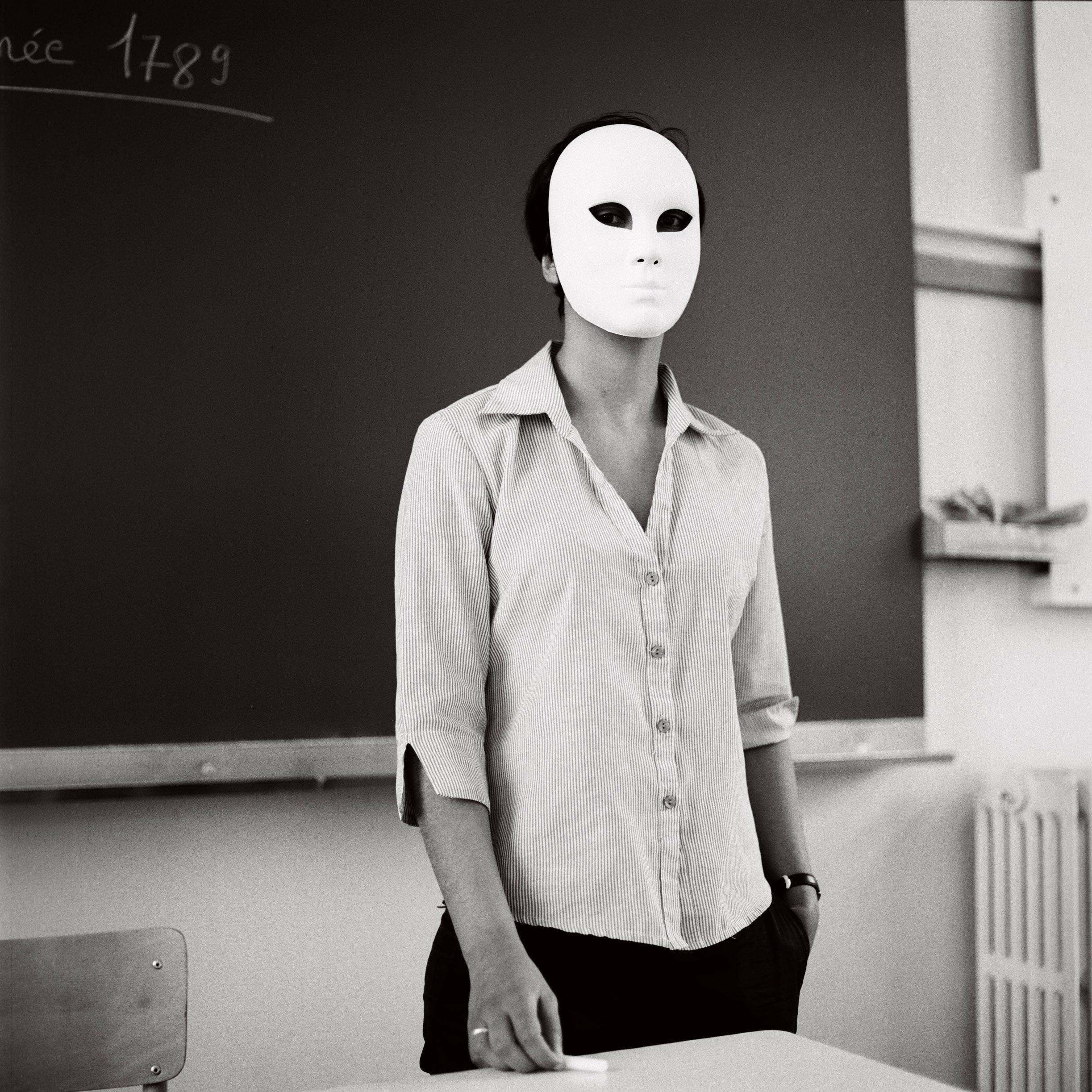 Photographie d'art d'une professeur portant un masque