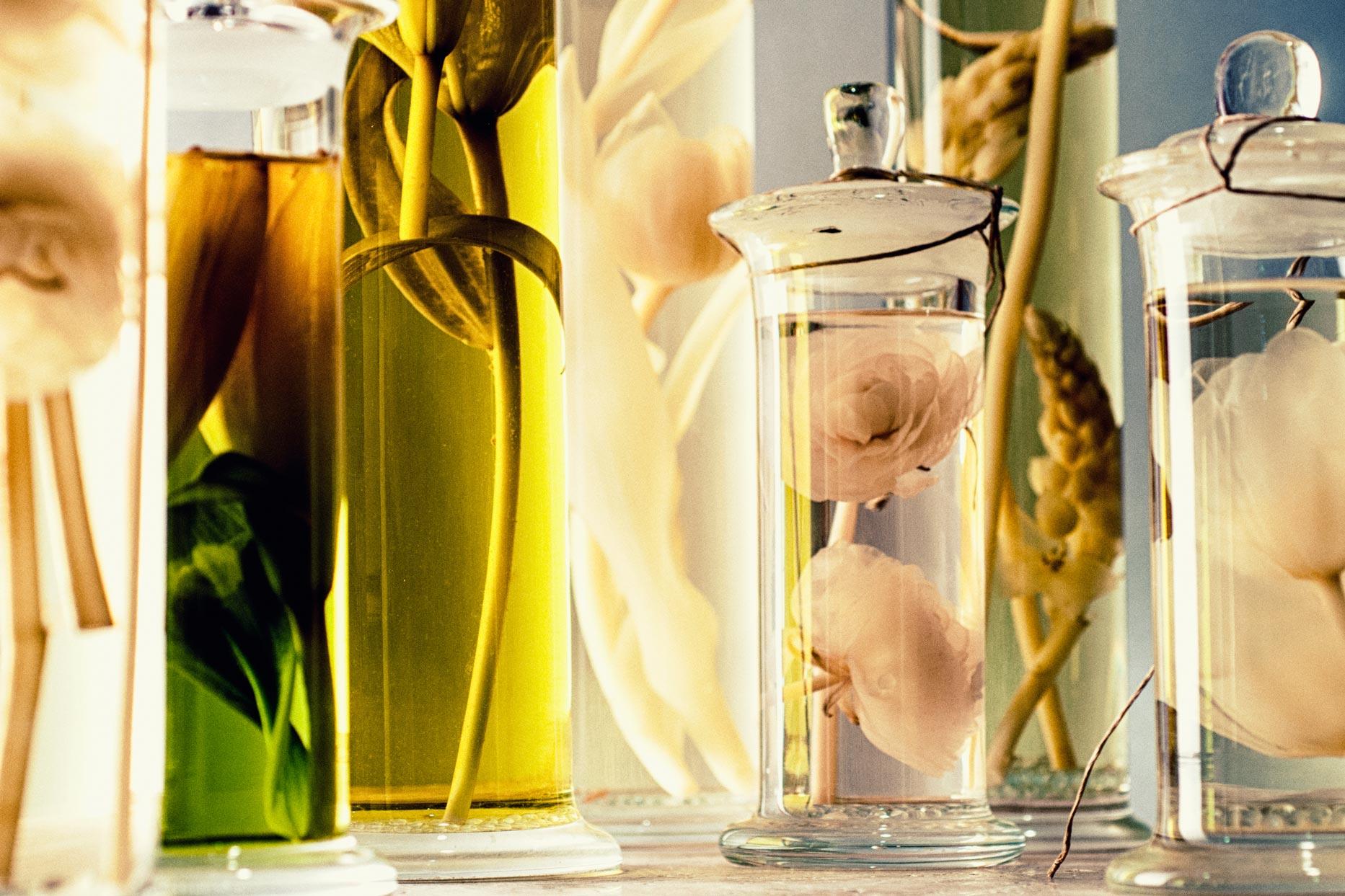 packshot produit d'un ensemble de verrerie avec composition florale
