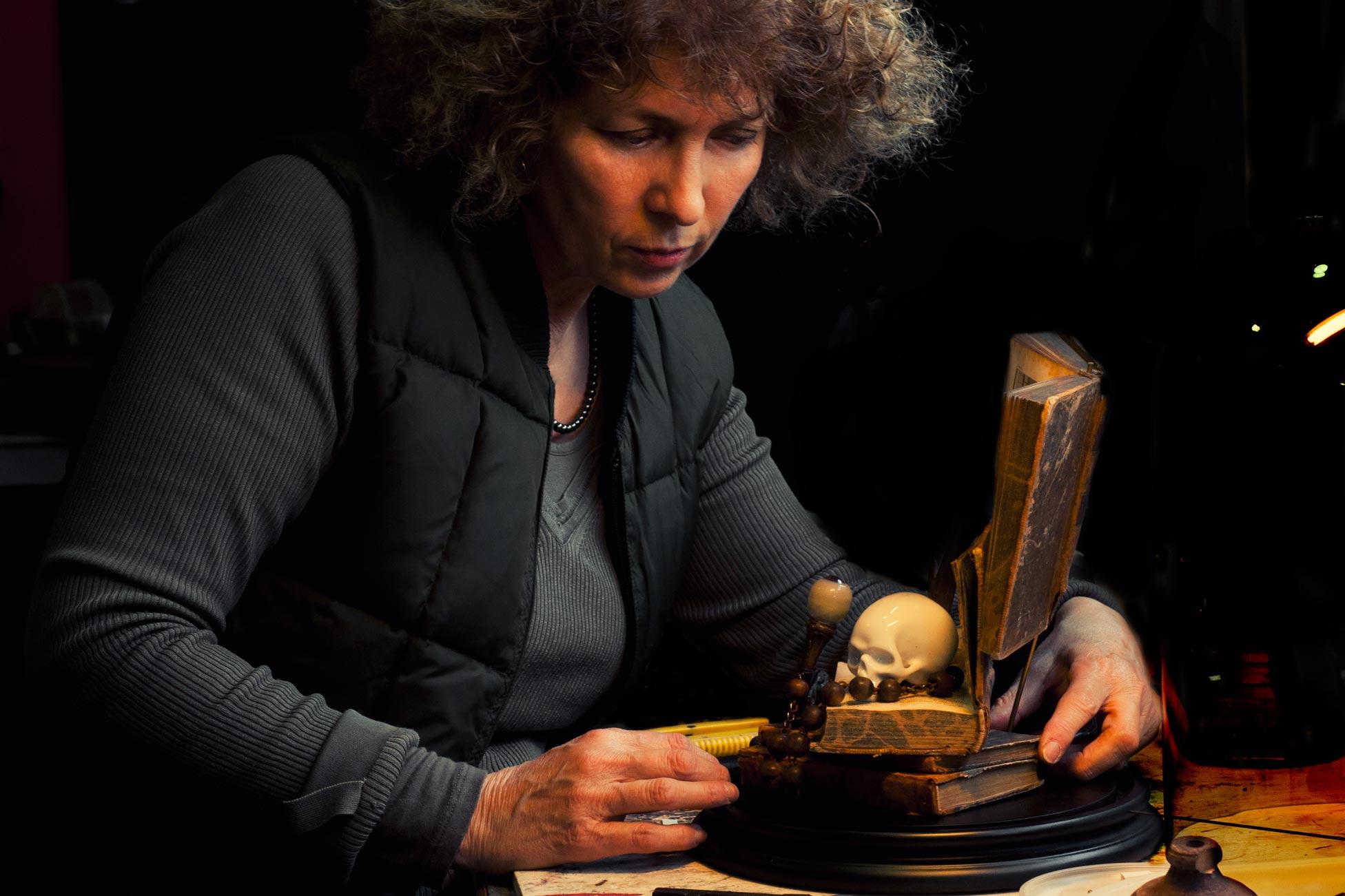 Photographie d'une créatrice en plein travail dans son atelier