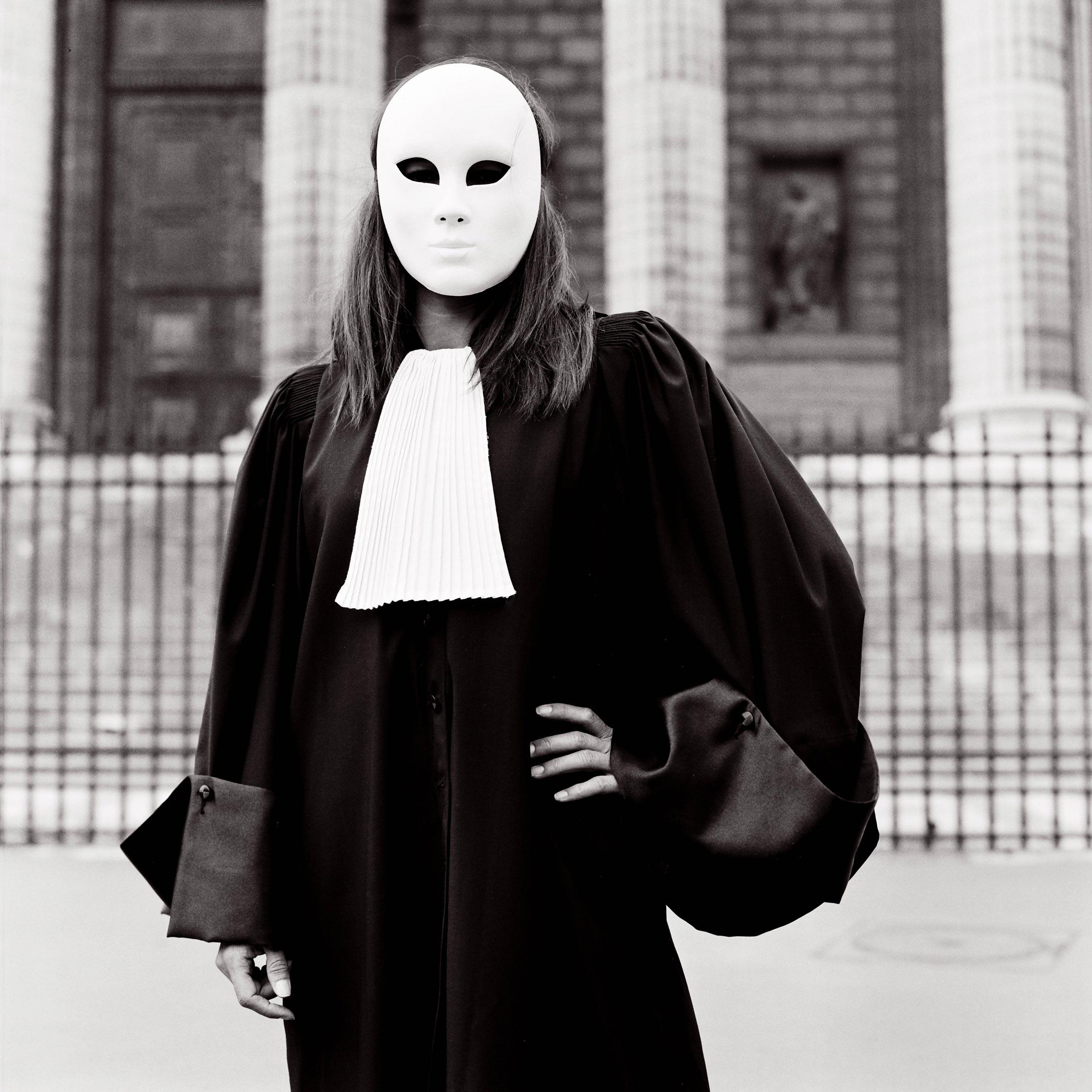 Photographie d'art d'une avocate portant un masque