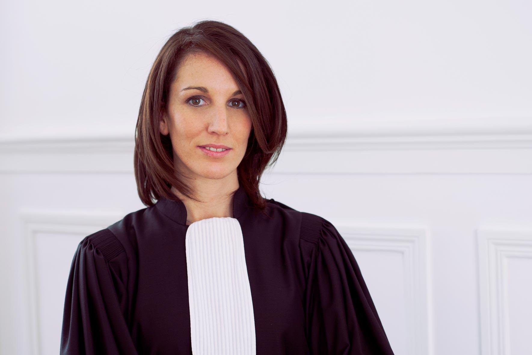 Photographie de portrait d'une avocate parisienne dans son cabinet