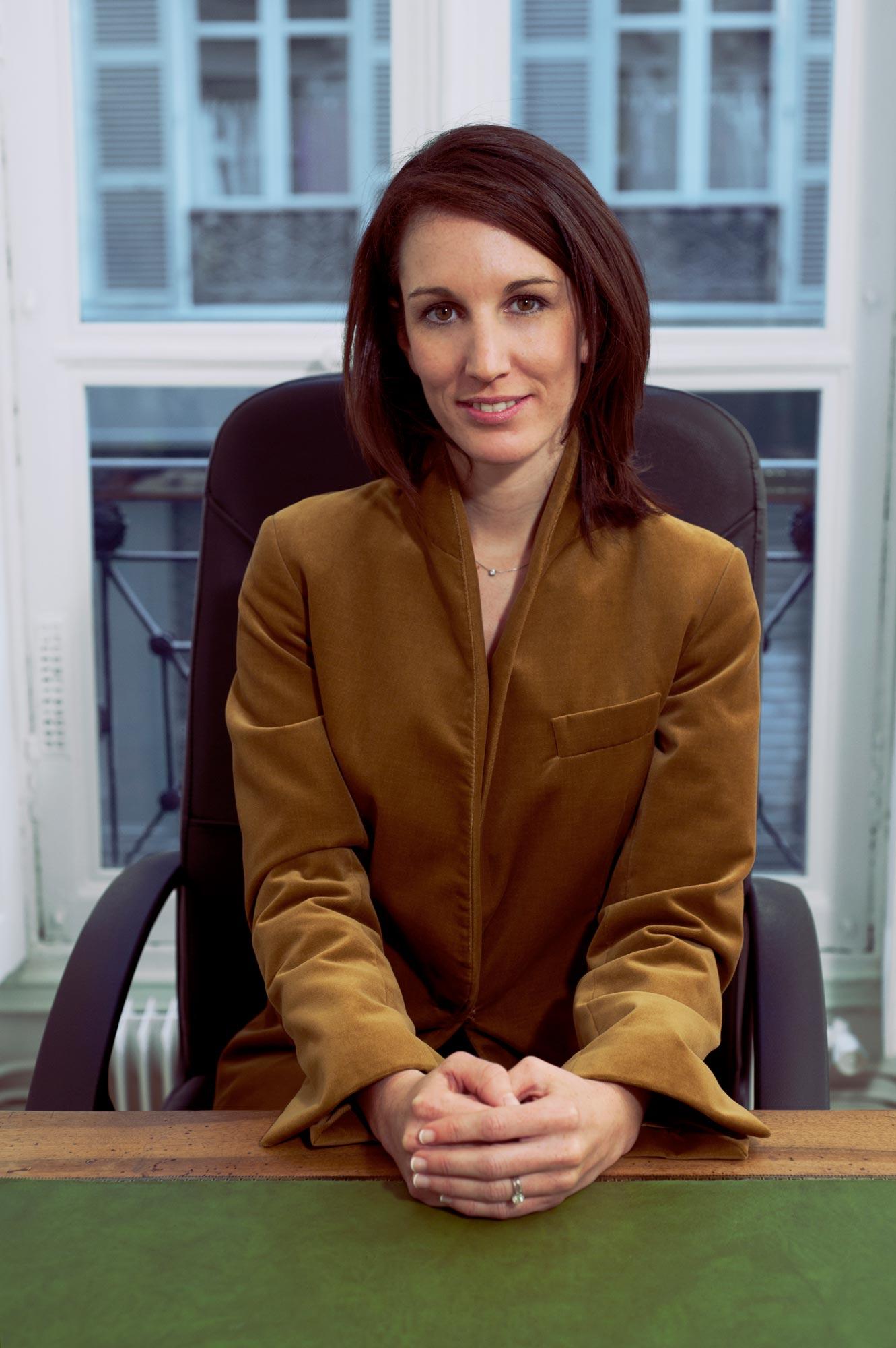 Photographie corporate d'une avocate a son bureau