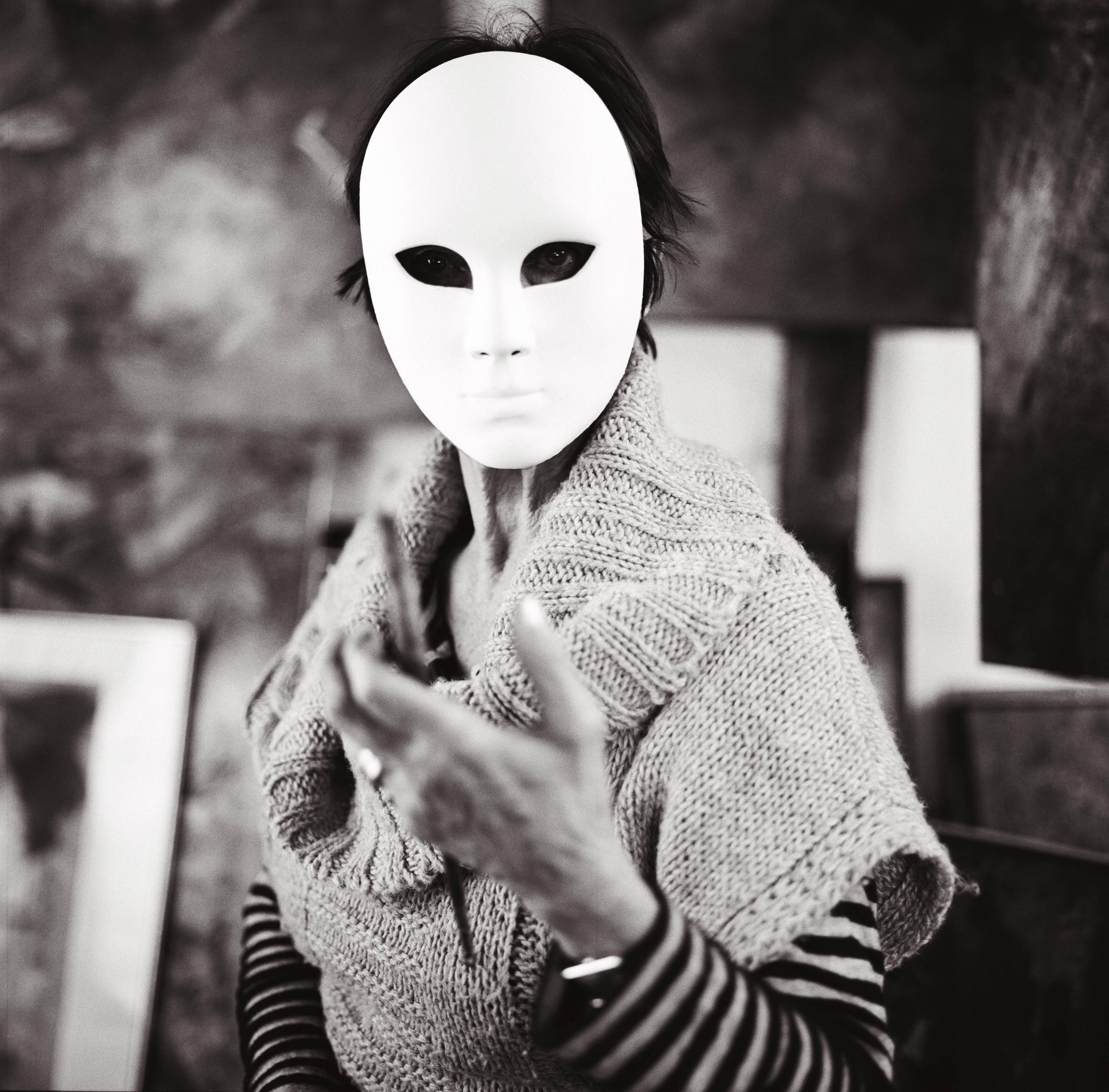 Photographie d'art d'une peintre portant un masque
