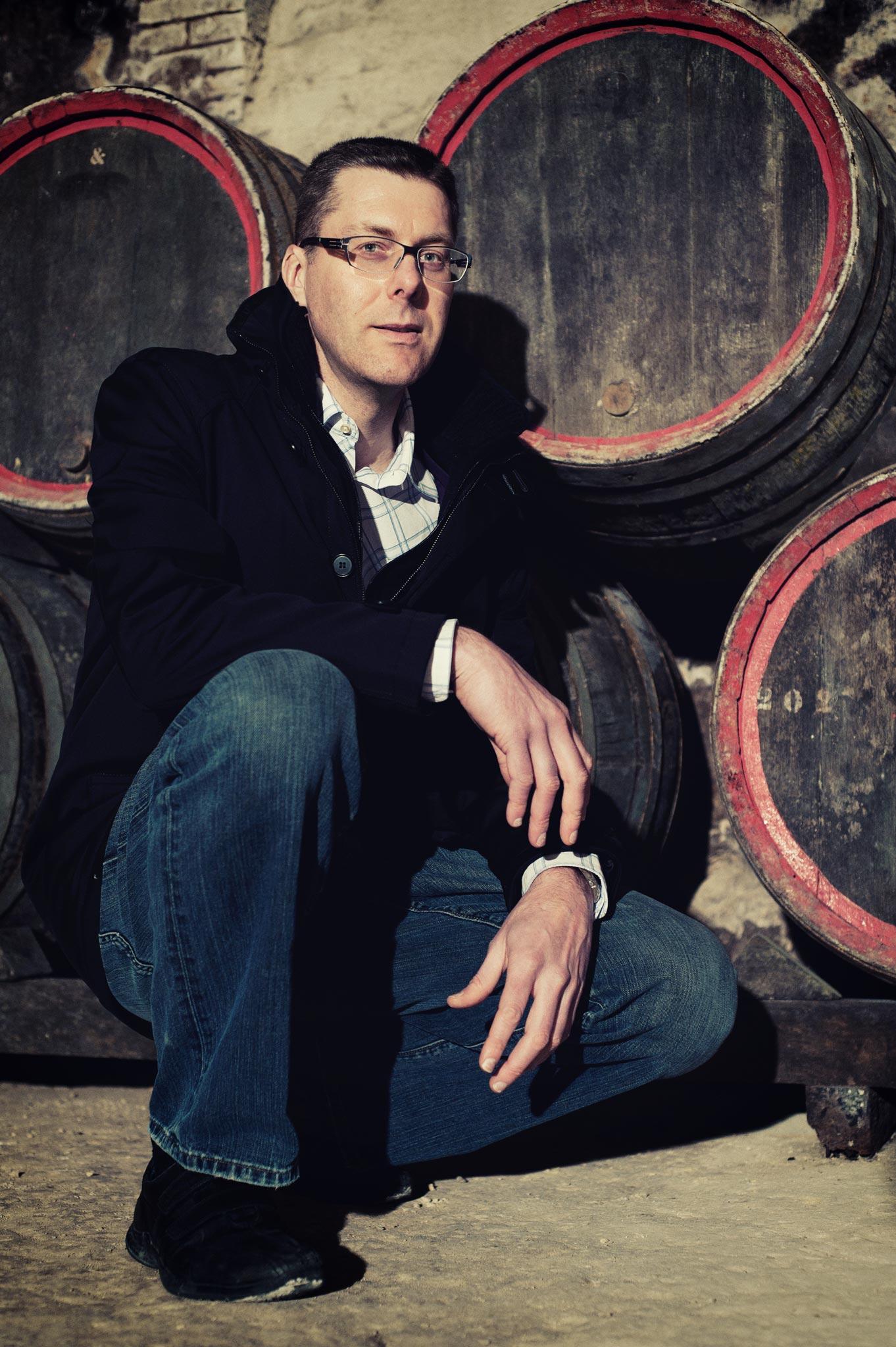 Portrait corporate d'un vigneron dans ses caves en champagne