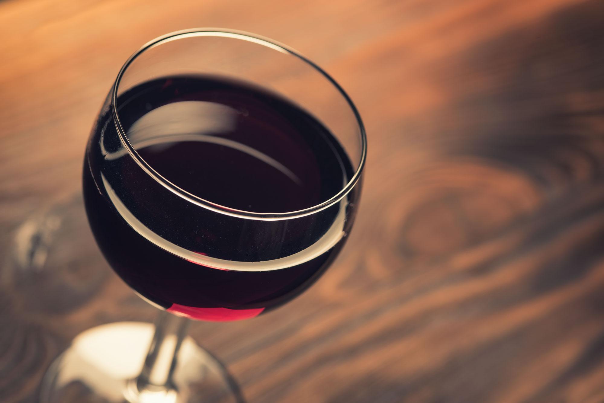 Photographie de packshot d'un verre de vin rouge