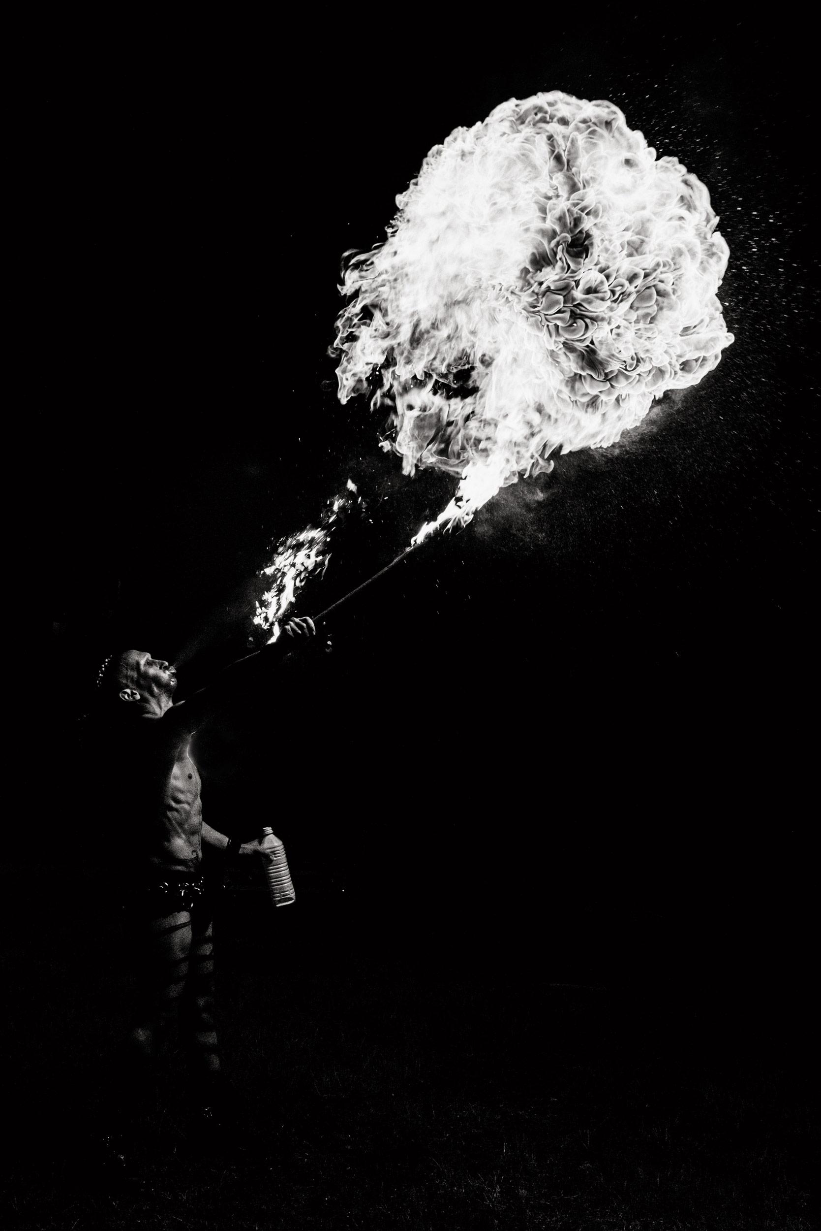 Photographie du performer loki chanteur et cracheur de feu