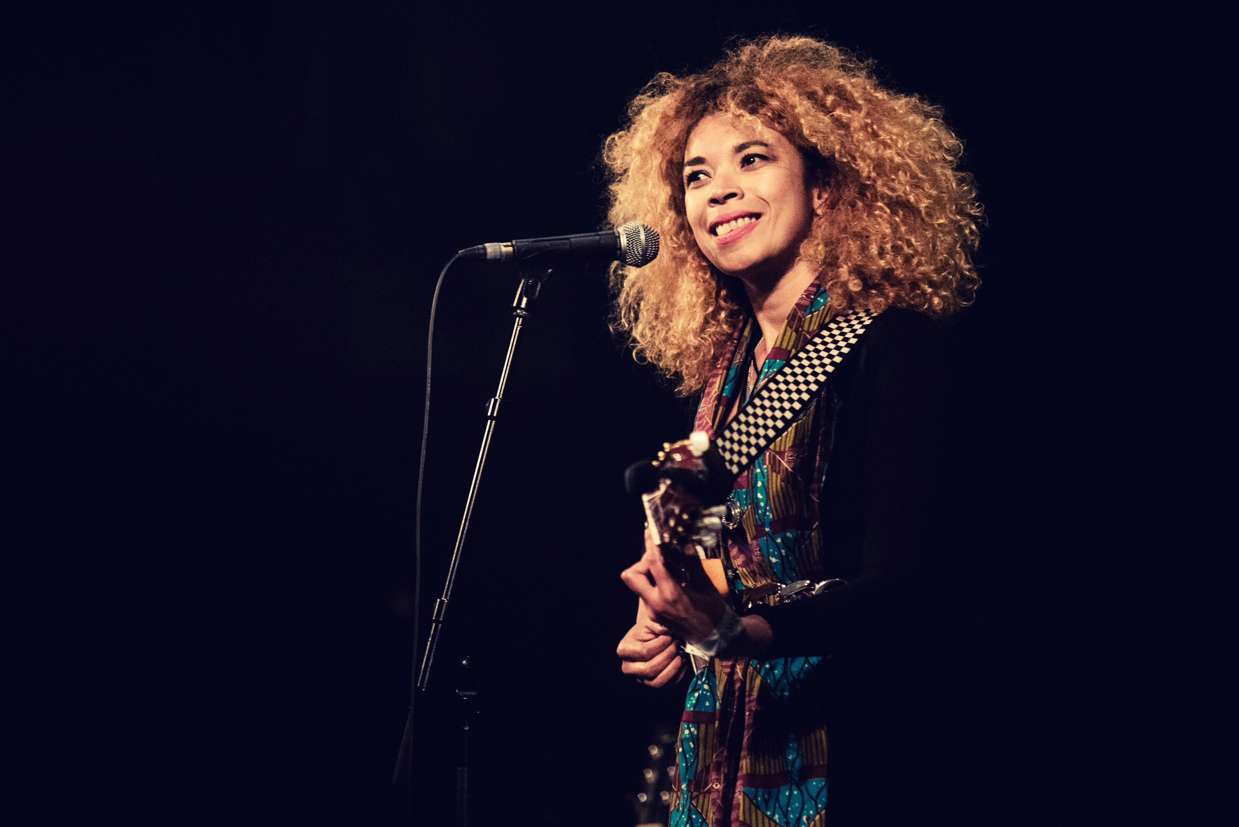 Photographie de la chanteuse Flavia Coelho en live